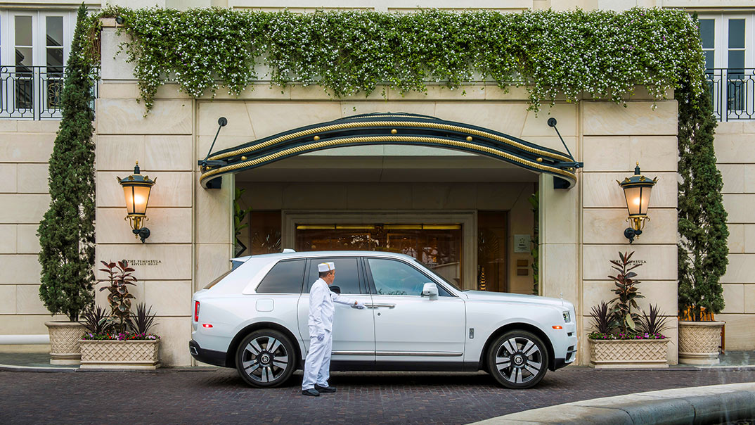 Rolls Royce Cullinan in from of the The Peninsula Beverly Hills